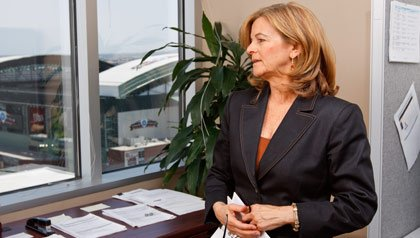 Linda Seiden ayuda a desempleados residentes de Arizona a pulir sus hojas de vida y a repasar diversas técnicas de entrevistas.