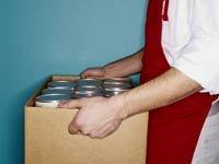 Hombre cargando una latas de comida - Cómo convertirse en un voluntario al servicio de la comunidad
