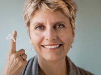 Una mujer tiene una cadena alrededor de su dedo para recordarle algo importante.