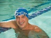 Hombre en la piscina - Los beneficios del ejercicio para el cerebro - Trivia