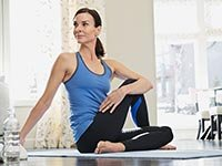 Mujer que practica yoga. Mejorar la memoria calmando el estres