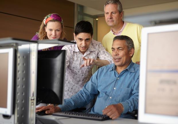 Estudiantes adultos cerca del computador - Maneras de hacer amigos y mejorar la salud del cerebro