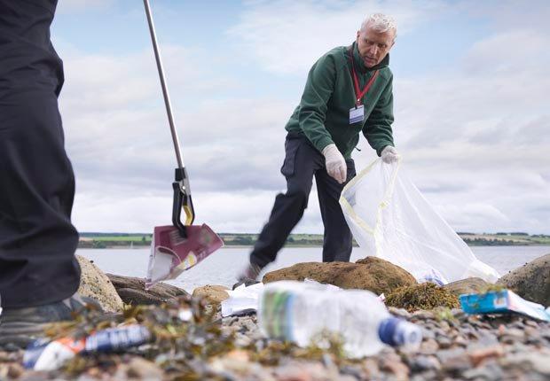 La gente de limpieza de playas - Maneras de hacer amigos y mejorar la salud del cerebro