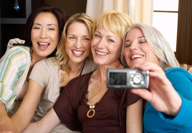 Amigas se toman una foto - Maneras de hacer amigos y mejorar la salud del cerebro