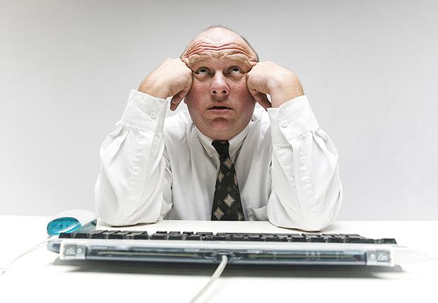 Hombre pensando frente a la computadora - Trucos para recordar las cosas cotidianas - Mejorar la memoria