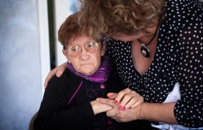 Mujer cuidando de otra - Retrasos en la investigación sobre el Alzheimer