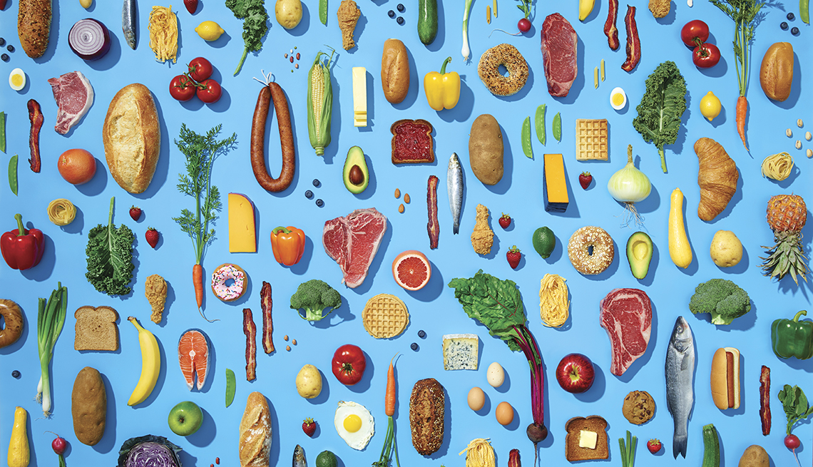 Frutas, verduras, carnes, harinas sobre un fondo azul