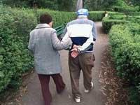 El ejercicio físico y mental combate el riesgo de Alzheimer - Pareja caminando.