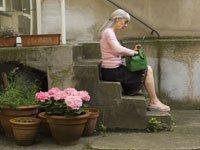 Causas de pérdida de memoria temporal - mujer sentada en escalera con cartera o bolso