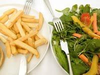 Papas fritas y ensalada saludable - Cómo tu dieta podría causar el desarrollo del Alzheimer