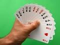 Mano con cartas - Jugar cartas te ayuda a mantener la salud de tu cerebro