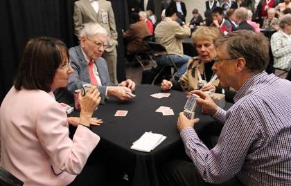 Grupo jugando cartas - Jugar cartas te ayuda a mantener la salud de tu cerebro