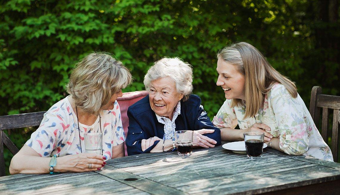 Mujeres hablando y compartiendo