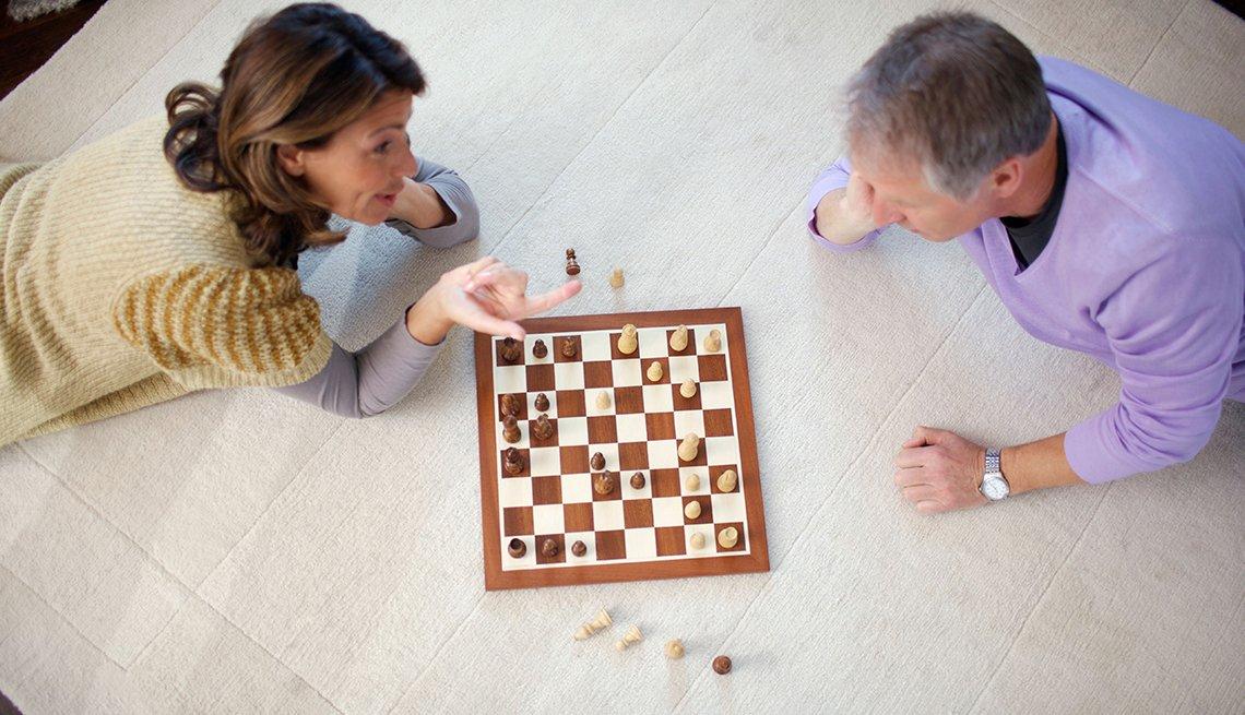 Pareja de adultos jugando ajedrez