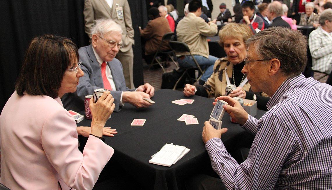 Warren Buffet y Bill Gates jugando cartas