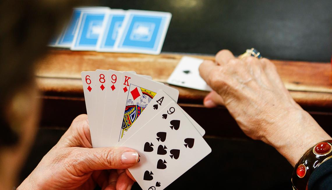 Mujer jugando cartas
