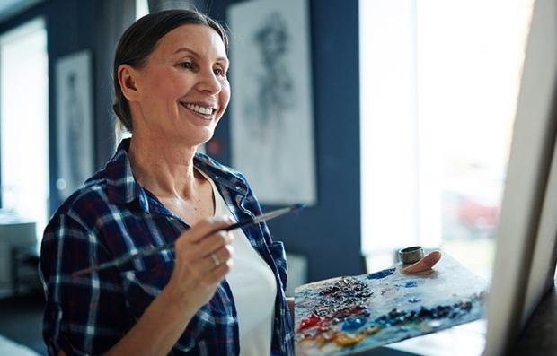 Mujer con una paleta de pinturas