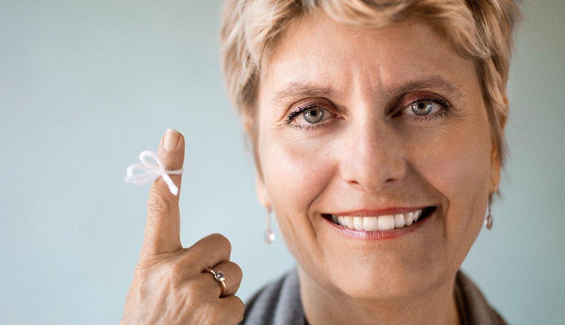 Mujer con un cordón atado al dedo