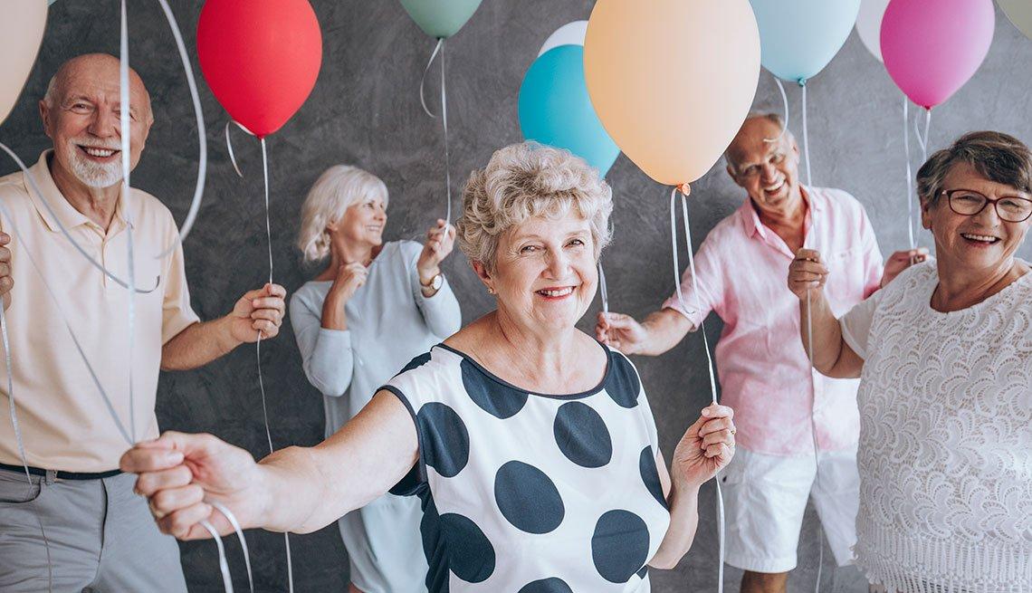 Adultos mayores con globos