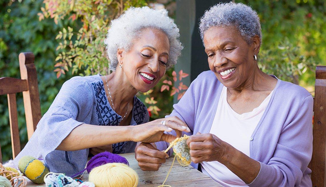 Dos mujeres cosiendo