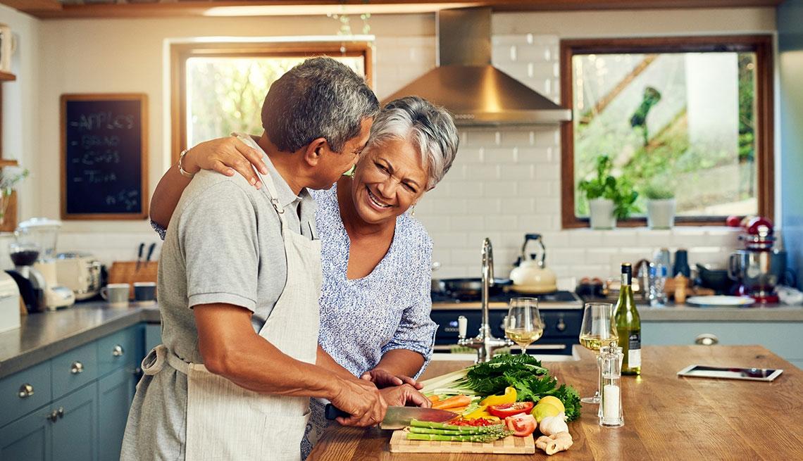 Pareja cocinando juntos en la cocina