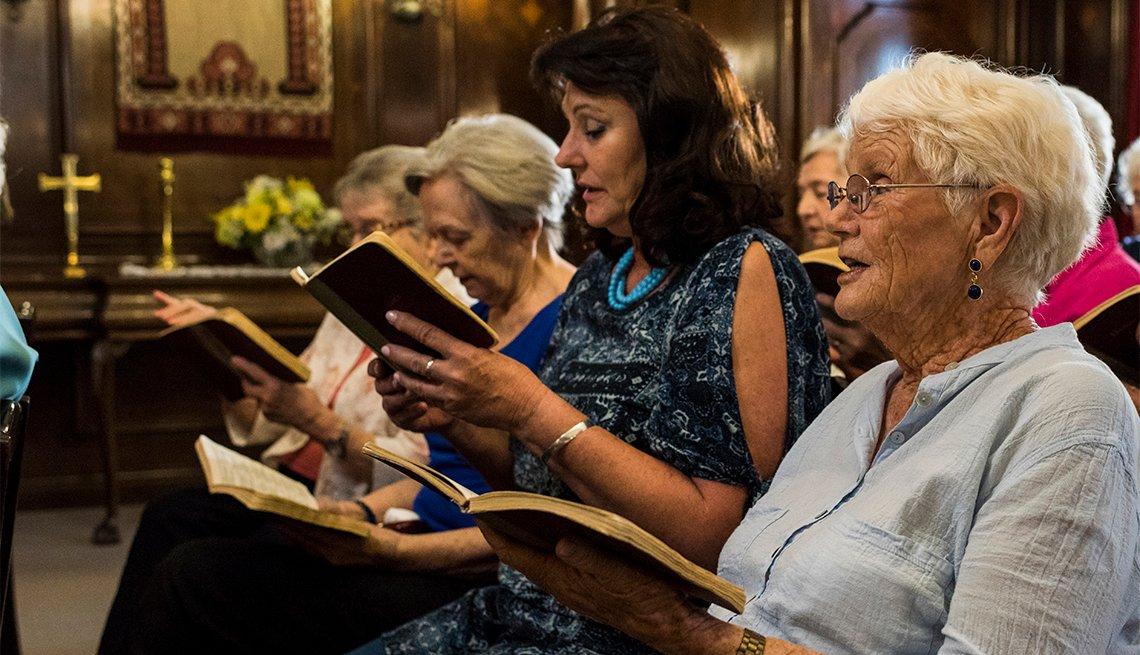 Grupo de personas cantando en una iglesia