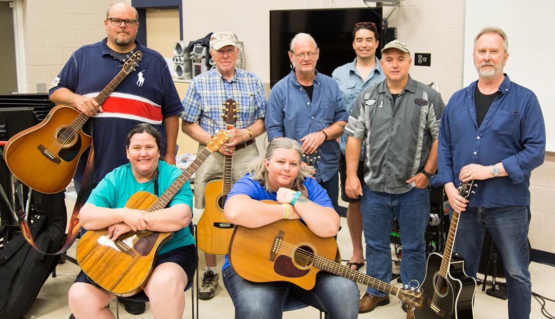 Un grupo de veteranos en una clase de composición de canciones