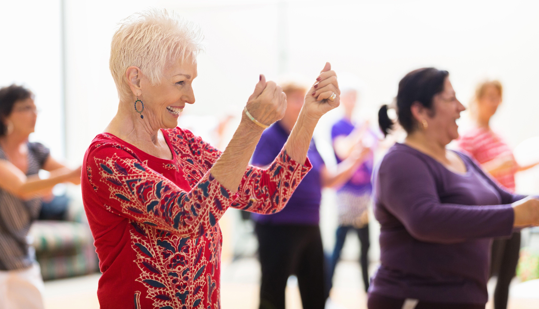 Varias mujeres en una clase de baile