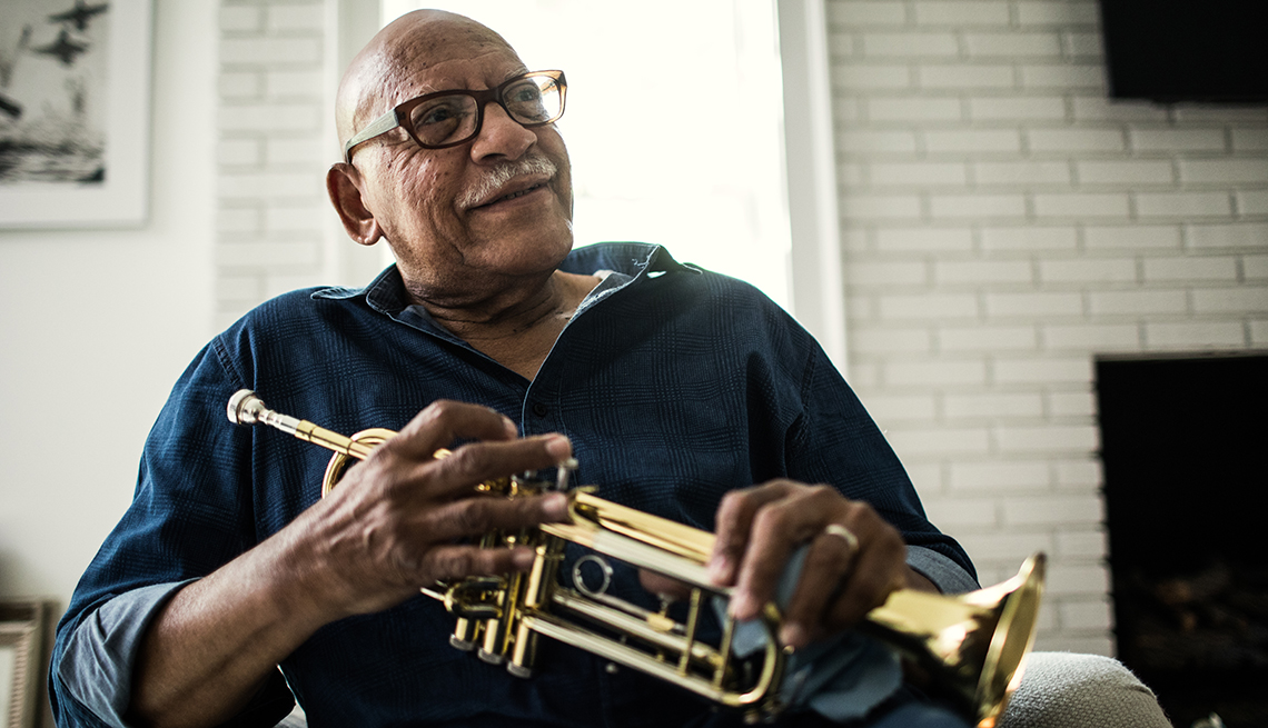 Un hombre sostiene una trompeta