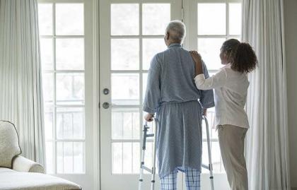 Persona mayor y su cuidador - Ventajas y desventajas del cuidado a largo plazo