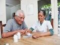 Hombre mayor junto a una enfermera - Cuando llega el momento de recurrir a un centro geriátrico
