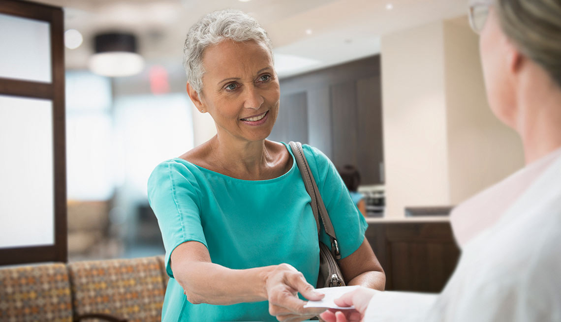Recibe remuneración por cuidar a un familiar - Dos mujeres dialogando
