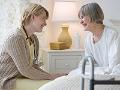 Dos mujeres sonríen - Consejos para cuidar de un ser querido en el hogar