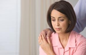 Mujer con aspecto de tristeza - Cómo apoyar a quien cuida de un ser querido en sus últimos días