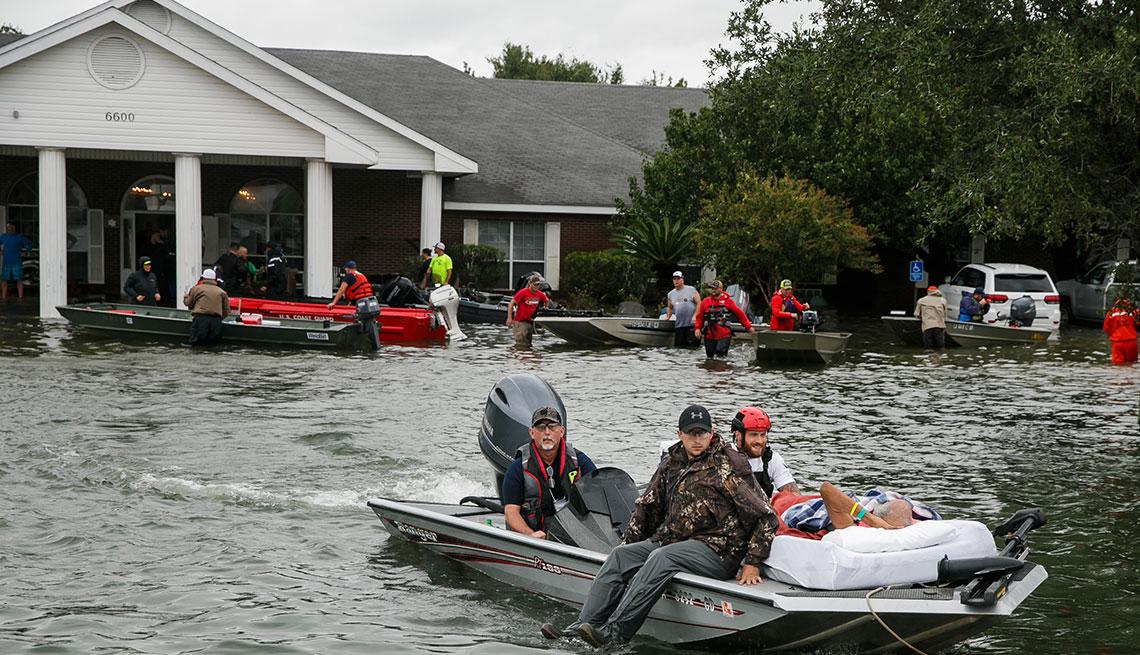 Están preparados los centros de ancianos para el próximo desastre natural - Bote de rescate en zona inundada