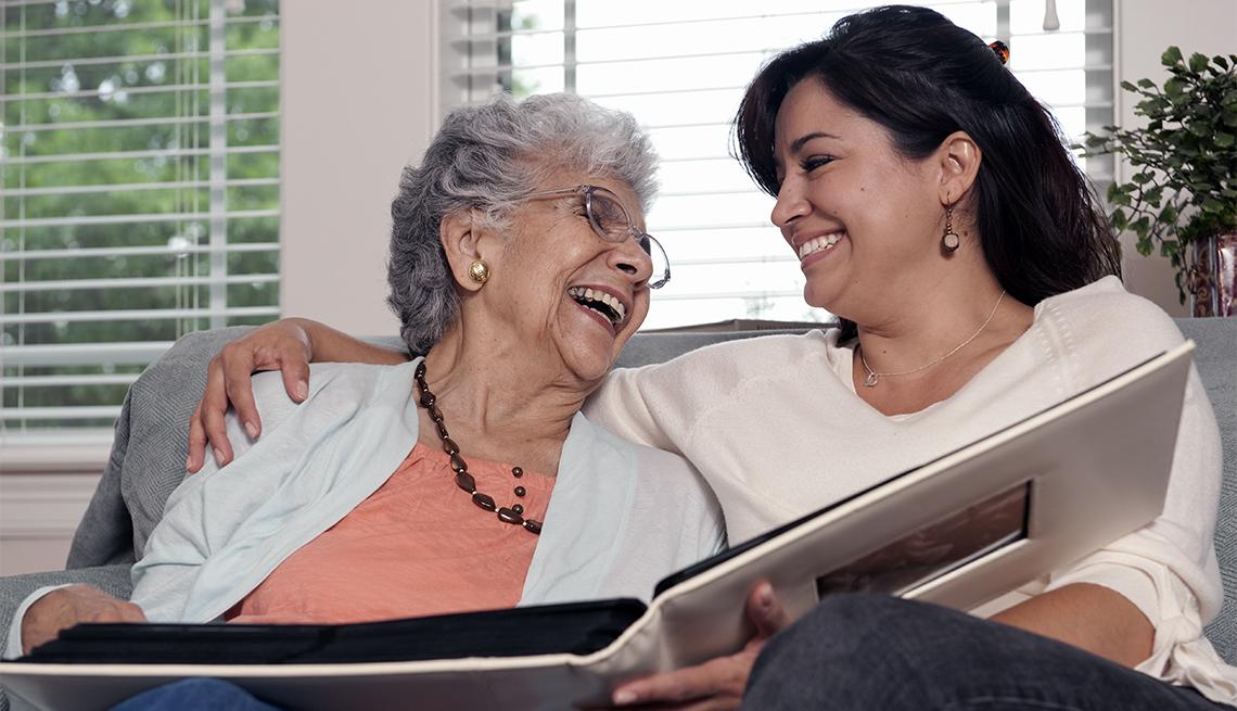 Madre e hija mirando un álbum de fotos