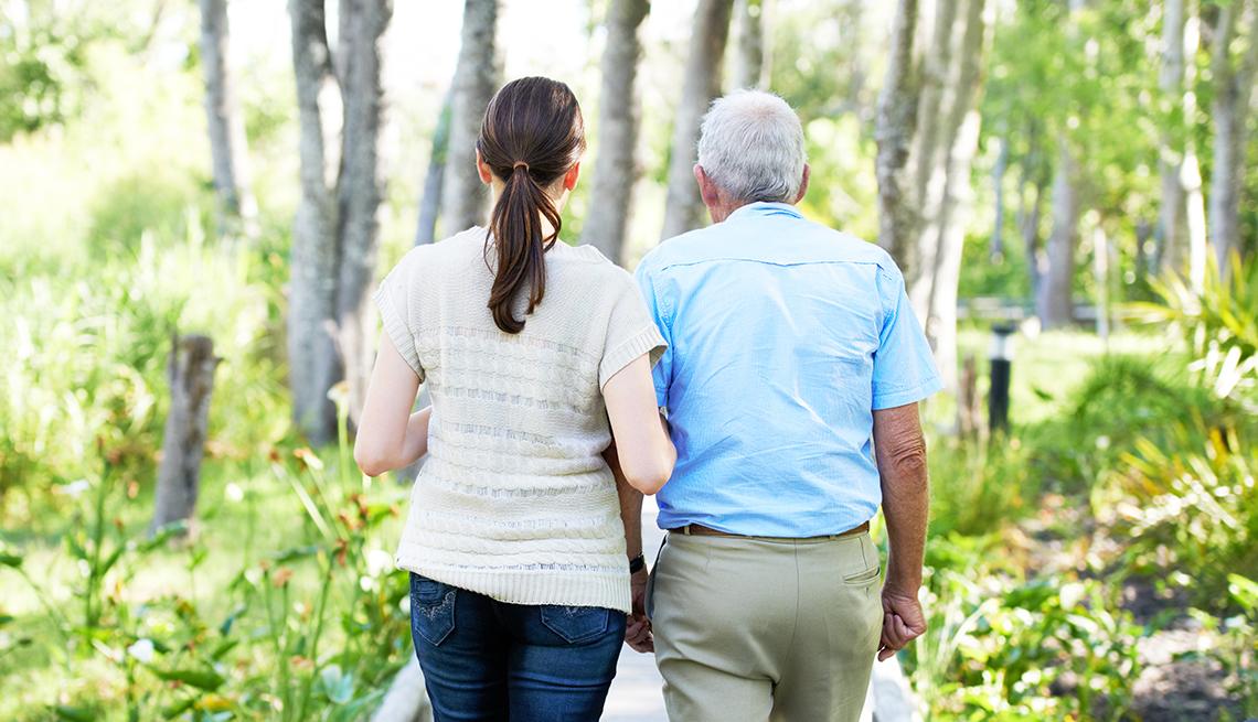 Mujer caminando con un hombre mayor