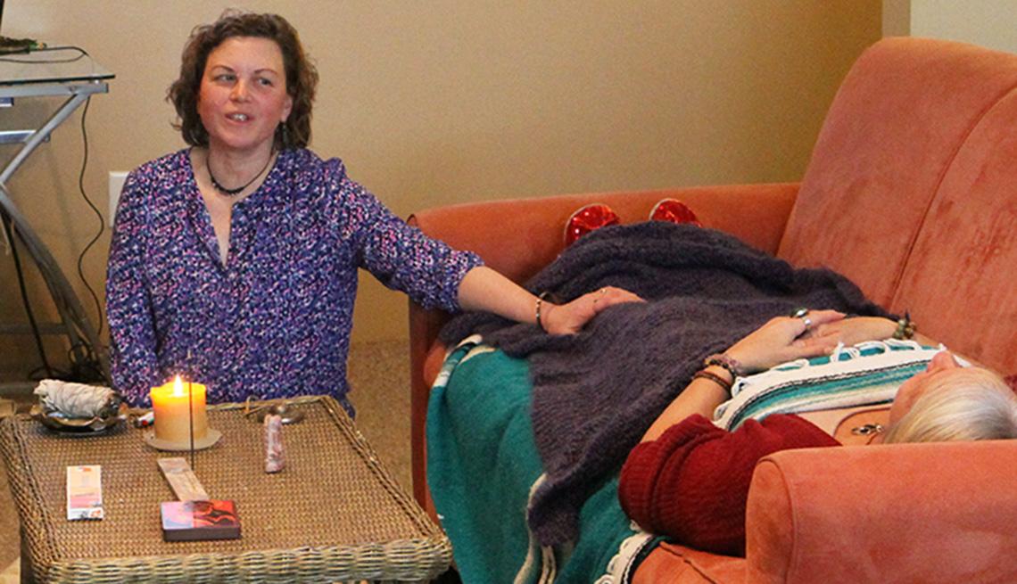 Mujer acompaña a otra mujer en sus últimos momentos