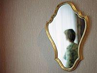Mujer en un espejo