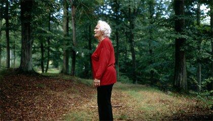 Anciana perdida en un bosque