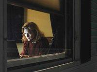 Mujer trabajando vista a traves de una ventana - Stress en el trabajo