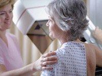 Una mujer recibe una mamografía. Algunos expertos recomiendan un nuevo enfoque para la detección del cáncer de mama basado en factores de riesgo personales.