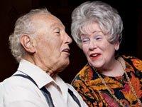 Bill Sowden, 80, canta con su esposa Diane en Edina, Minnesota el 22 de octubre de 2011.