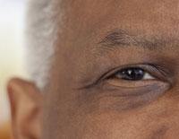 El ojo derecho de un hombre moreno