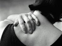 Mujer tocándose la espalda