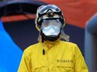 Funcionarios del Departamento de Bomberos esperan a que lleguen los residentes evacuados de los alrededores de las instalaciones de la planta nuclear de Fukushima en la ciudad de Koriyama, Japón, dañada tras el fuerte terremoto del 11 de marzo del 2011.