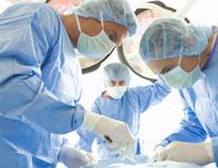 Médicos en la sala de cirugía - 4 cirugías que prevenir