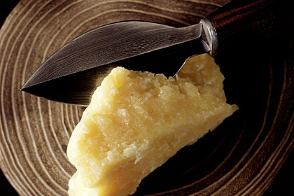 Queso parmesano: Los quesos duros pueden proteger los dientes y limpiar las partículas de alimentos.