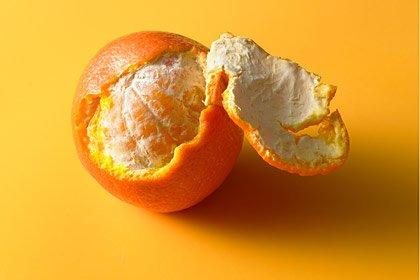 Una naranja a medio pelar: el jugo de las frutas cítricas actua como un enjuague bucal