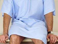 Cáncer de colon – un paciente espera en la mesa de examen médico